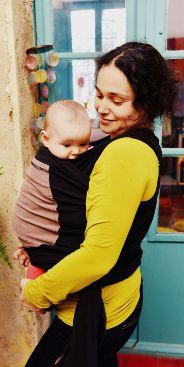 Marta porteando a su bebé